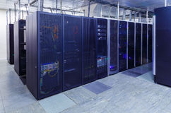 Stanza del server di rete con i computer per le comunicazioni digitali e Internet del IP della TV Immagini Stock