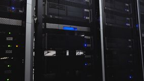 Stanza del server Internet di web e tecnologia di telecomunicazione della rete Stanza di calcolo del server di centro dati della  video d archivio