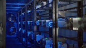 Stanza del server per estrazione mineraria cripto di valuta video d archivio