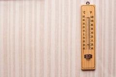 Stanza del termometro sulla parete con la carta da parati a strisce Immagine Stock Libera da Diritti