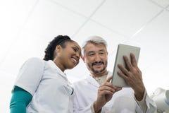 Stanza dell'esame dei dottori Using Digital Tablet In immagini stock