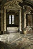 Stanza dell'interno del pavimento storico, delle pareti e del soffitto pebbled bianchi & neri con i modelli geometrici dal palazz fotografie stock libere da diritti