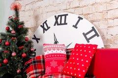 Stanza dell'interno del ` s del nuovo anno L'albero di Natale decorato con i palloni variopinti ed i regali si trovano sul pavime Fotografia Stock