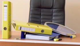 Stanza dell'ufficio con le cartelle su una tavola Fotografie Stock Libere da Diritti