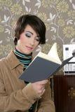 Stanza della carta da parati dell'annata della donna della lettura del libro retro Fotografia Stock Libera da Diritti