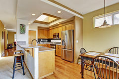 Stanza della cucina con il lucernario e l'area pranzante Immagine Stock