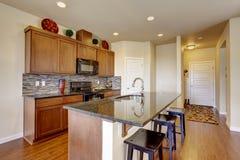 Stanza della cucina con l'isola Fotografia Stock