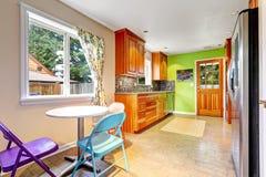Stanza della cucina con la parete verde intenso Fotografia Stock Libera da Diritti