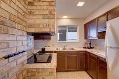 Stanza della cucina del seminterrato con il camino Fotografia Stock Libera da Diritti
