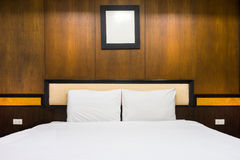 Stanza della mobilia e del letto matrimoniale a letto Fotografia Stock