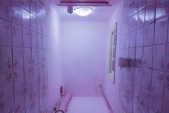 Stanza della toilette con la toilette Vista dal basso Ripari è richiesto fotografia stock