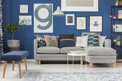 Stanza dello zaffiro con il sofà fotografia stock libera da diritti