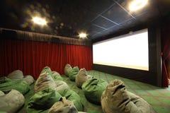 Stanza di bambini con gli ottomani in cinema Immagini Stock