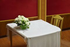 Stanza di cerimonia con la tovaglia bianca Immagini Stock Libere da Diritti