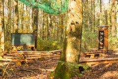 Stanza di classe all'aperto in foresta con il bordo di gesso ed i banchi di legno fotografie stock libere da diritti