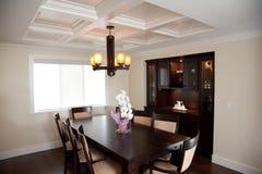 Stanza di Dinning con gli armadietti di legno di legno e della tabella Fotografie Stock