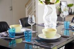 Stanza di Dinning con la tavola di legno e la sedia nera fotografie stock libere da diritti