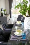 Stanza di Dinning con la tavola di legno e la sedia nera immagini stock libere da diritti