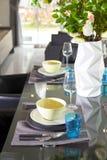 Stanza di Dinning con la tavola di legno e la sedia nera fotografia stock libera da diritti