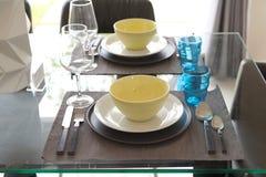 Stanza di Dinning con la tavola di legno e la sedia nera immagine stock libera da diritti