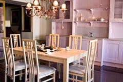 Stanza di Dinning. Presidenze in una sala da pranzo intorno della a Fotografia Stock Libera da Diritti