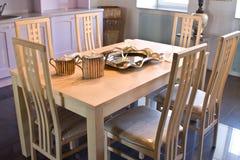 Stanza di Dinning. Presidenze in una sala da pranzo intorno della a Fotografie Stock Libere da Diritti