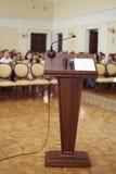 Stanza di discorsi con il microfono Immagine Stock Libera da Diritti