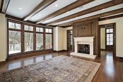 Stanza di famiglia con i fasci di legno del soffitto immagine stock libera da diritti