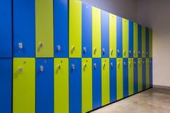 Stanza di guardaroba verde e blu in una palestra o in un centro sportivo Fotografia Stock Libera da Diritti
