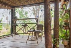 Stanza di interior design del soggiorno domestico con la sedia del rattan e Tabella e feci fotografia stock