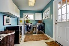 Stanza di lavanderia con gli apparecchi d'acciaio moderni immagini stock