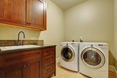 Stanza di lavanderia con gli apparecchi moderni Fotografie Stock Libere da Diritti