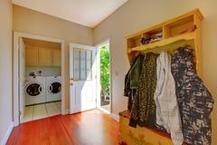 Stanza di lavanderia con la stanza del fango. Fotografie Stock Libere da Diritti