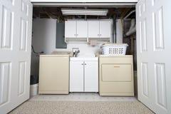 Stanza di lavanderia domestica nel gabinetto e nel retrocucina del seminterrato Fotografia Stock Libera da Diritti