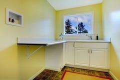 Stanza di lavanderia gialla vuota Fotografia Stock Libera da Diritti