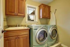 Immagini di riserva di stanza di lavanderia semplice con la