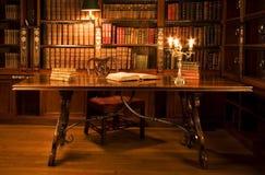Stanza di lettura in vecchia libreria. Immagine Stock