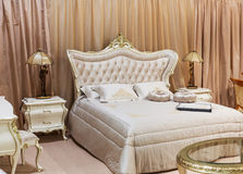 Stanza di lusso del letto Immagini Stock