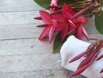 Stanza di massaggio della stazione termale con i fiori e gli asciugamani bianchi immagini stock libere da diritti