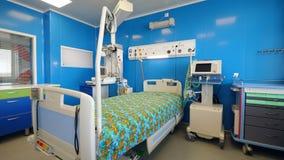 Stanza di ospedale moderna con attrezzatura medica stock footage