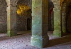 Stanza di pietra con le colonne nella vecchia città immagine stock libera da diritti