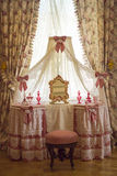 Stanza di polvere nello stile rosa di grande palazzo di Menshikov in giardino più basso Oranienbaum Immagini Stock