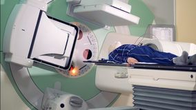 Stanza di radiologia dell'ospedale con un paziente maschio che subisce radioterapia archivi video