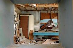 Stanza di Ramshackled con imbarcato sulla finestra fotografia stock
