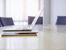 Stanza di riunione d'affari con l'interno della sala del consiglio del computer portatile Immagine Stock