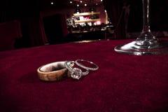 Stanza di rosso della tavola della mazza degli anelli di fidanzamento di nozze della cantina di Raymond Fotografia Stock Libera da Diritti