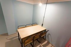 Stanza di stile della prigione con la tavola di legno e sedie in un ostello minimalistic di progettazione Immagine Stock Libera da Diritti