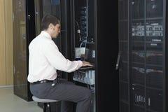 Stanza di Working In Server dell'ingegnere della rete immagine stock libera da diritti