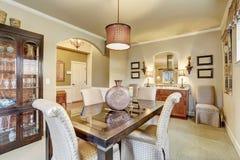 Stanza dinning elegante con tappeto e la tavola Immagini Stock
