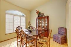 Stanza dinning elegante eppure semplice con il pavimento di legno duro Fotografie Stock Libere da Diritti